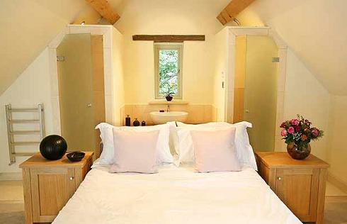 farmhouse-guest-bedroom-arched-ceiling
